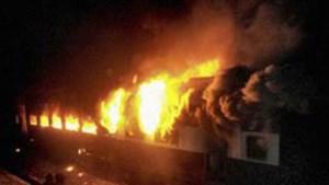 9 قتلى في حريق داخل قطار سريع بغرب الهند