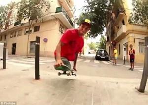 بالفيديو معاق يمارس رياضة التزلج بعد فقدان ساقيه