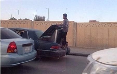 بالصور سعودي يُعرض حياة ابنه للخطر خوفاً على التليفزيون!