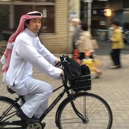 بالفيديو والصور ياباني أدمن ارتداء الدشداشة وخليجيون يهنئون معرساً تايلندياً على طريقتهم