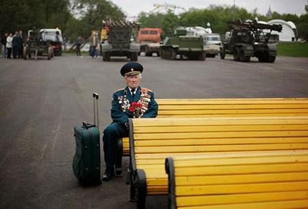 10- ضابط سابق بالقوات المسلحة الروسية يبلغ من العمر 85 عامًا في لحظة انتظار اعتاد عليها سنويًا لمقابلة زملاء الحرب العالمية الثانية، ليحتفلوا معًا مثل كل عام بانتصار روسيا في الحرب، لكن في هذا العام غلبته دموعه.. فلم يأت أحد.