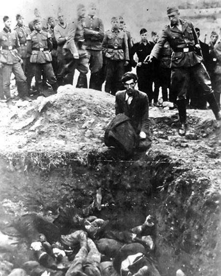 2- الصورة الثانية يظهر بها اليهودي الأخير في مدينة «فينيتسا»، وتظهر الصورة جندياً نازياً يستعد لإطلاق النار على الشاب اليهودي أمام مقبرة جماعية لليهود في أوكرانيا عام 1941.<br />