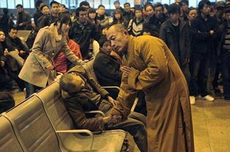 3- الصورة الثالثة يظهر بها راهب بوذي يصلي لرجل توفي فجأة في محطة شانكسي تايوان في الصين، بينما كان ينتظر القطار.<br />
