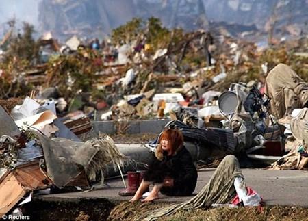 4- الصورة تسجل لحظة انهيار فتاة بعد وقوع كارثة تسونامي في اليابان 2011.<br />