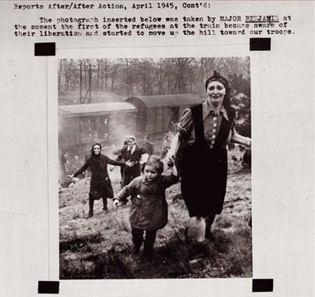 7- توضح هذه الصورة فرحة لاجئين يهود بعد نجاحهم في الهروب من معسكرات النازي هتلر.. لحظة عودة الحياة إلى الروح والعقل.