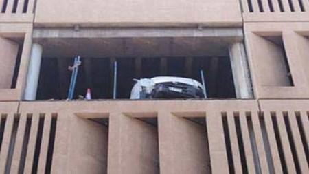 بالصور حادث غريب عجيب طار بالسيارة إلى الطابق الرابع في دبي