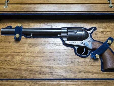 مسدس بطل «كاوبوي» الشهير بسعر 225.00 ألف دولار