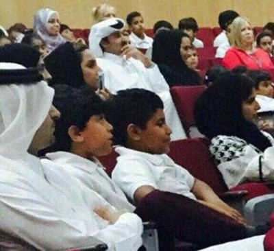 بالصور أمير قطر يحضر اجتماع أولياء الأمور بمدرسة نجله ويجلس بين الحضور