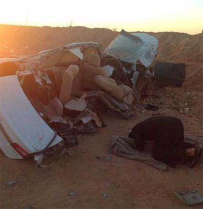 بالصور سعودي خر ساجداً لله امام حطام سيارته بعد نجاته من حادث خطير