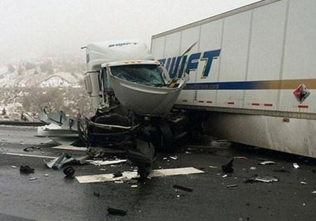 بالصور العناية الالهية تنقذ شاب انحصر بين شاحنتان بسيارته