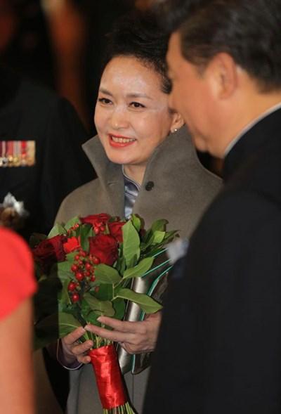 شاهد.. خطأ فادح بمكياج زوجة الرئيس الصيني مع كيت ميدلتون بلندن يسبب لها الحرج