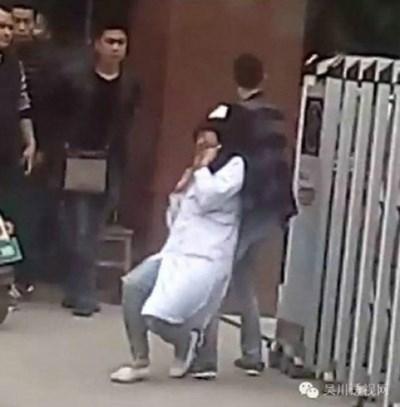 بالصور أب يقطع رقبة ممرضة إنتقاماً لوفاة ابنه!