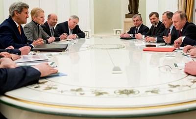 جانب من الاجتماع الماراتوني بين الرئيس الروسي فلاديمير بوتين ووزير الخارجية الاميركي جون كيري في الكرملين امس ا ف ب