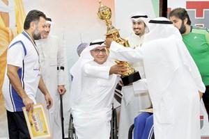 تسليم كأس البطولة لرئيس فريق النواخذة
