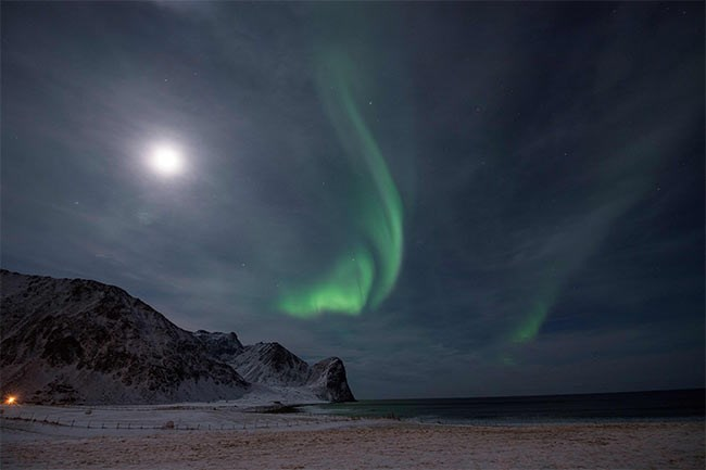 الشفق القطبى بجواره نور القمر