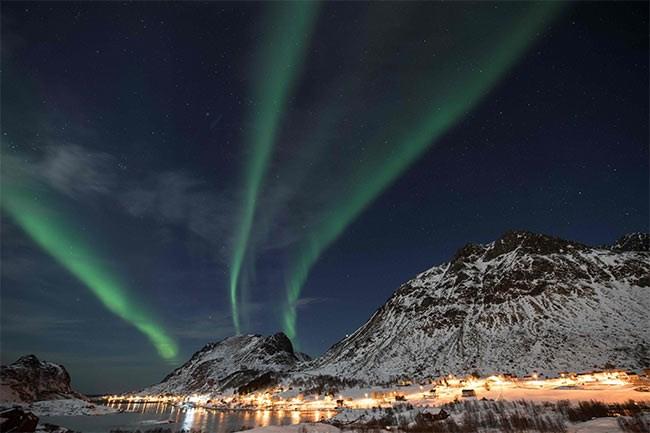 الشفق القطبى يرسم ثلاثة خطوط فى سماء النرويج