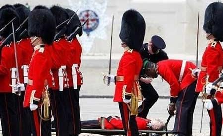 بالصور..لقطات مروعة للحظة إغماء جنود في حفل عيد ميلاد الملكة إليزابيث