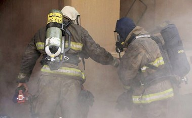 إصابة 3 رجال إطفاء ونجاة العشرات من حريق في سرداب عمارة بالسالمية