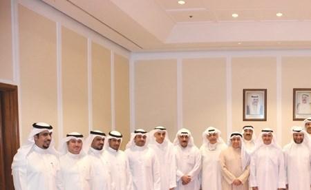 الوزير عصام المرزوق وم.محمد بوشهري مع قيادات وزارة الكهرباء في صورة جماعية(عادل سلامة)