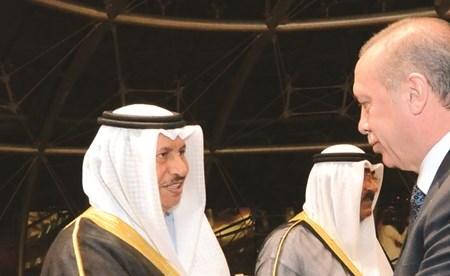 الرئيس رجب طيب أردوغان مصافحا سمو الشيخ جابر المبارك خلال زيارته الأخيرة إلى الكويت ويبدو الشيخ مشعل الأحمد