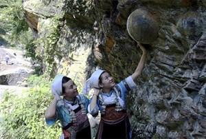 بالصور.. جبل في الصين يضع بيضة كل 30 عاماً