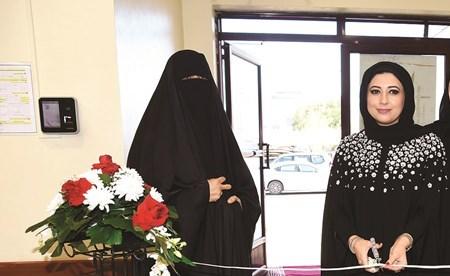 الشيخة نجلاء المالك تقص شريط الملتقى مع مسؤولة المركز منار السويدي