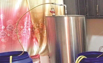 أدوات تقطير وبراميل معبأة بالخمور ضبطت في مصنع مشرف