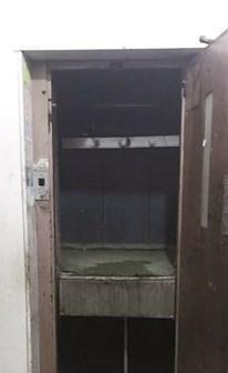 فراغ المصعد الذي انحشرت فيه الطفلة