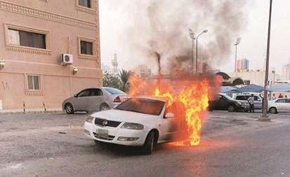 النيران تبدو مشتعلة في المركبة