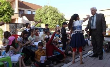 بالفيديو.. معلم عراقي يقدم دروسا مجانية بالشارع
