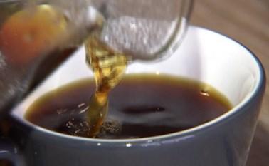 بالفيديو.. طعمه مثل الفاكهة.. هل هذا أغلى فنجان قهوة في العالم؟
