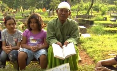 بالفيديو.. لزيادة دخلهم.. إندونيسيون فقراء يتلون القرآن بالمقابر خلال رمضان
