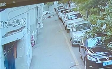 بالفيديو.. لحظة بطولية لشاب انقذ طفلا اثناء سقوطة من الطابق الخامس