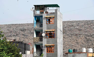 بالفيديو.. جبل نفايات في الهند يتجاوز ضريح تاج محل