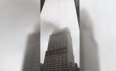 بالفيديو.. المشاهد الأولى بعد حادث تحطم مروحية على سطح مبنى بنيويورك