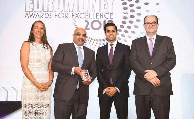 راني سلوانس ومشاري بن سلامة خلال تسلم جائزة الوطني للاستثمار عن فئة أفضل بنك استثماري في الكويت