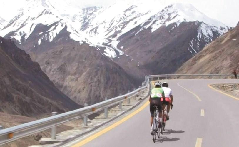 رياضيون يشاركون بدورة الدراجات الهوائية في جبال هملايا