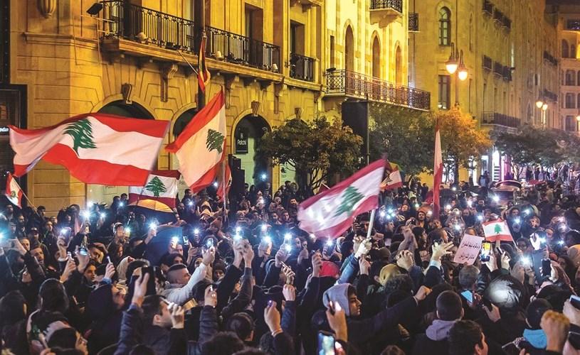 متظاهرون خلال تجمعهم أمام مدخل مجلس النواب في وسط بيروت ليل أول من أمس (محمود الطويل)