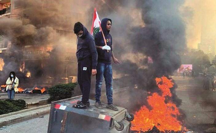 محتجون غاضبون خلال إغلاق طرقات لبنانية بالاطارات المشتعلة امس(محمود الطويل)