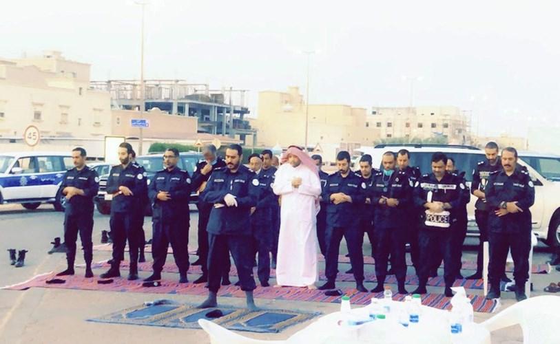 رجال الأمن يؤدون صلاة المغرب قبل الإفطار