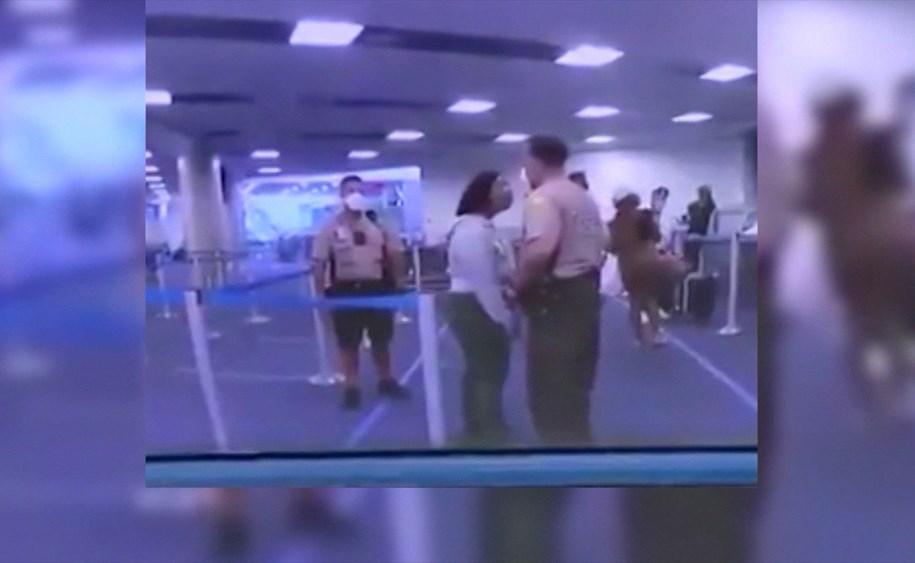 بالفيديو.. شرطي أميركي يلكم وجه امرأة بقوة في مطار ميامي