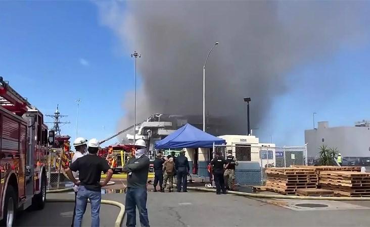 بالفيديو.. إصابة عدد من البحّارة جراء انفجار أعقبه حريق هائل على متن سفينة عسكرية في كاليفورنيا