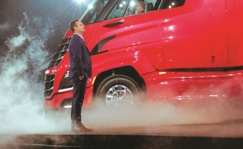 ملتون أمام إحدى الشاحنات الكهربائية