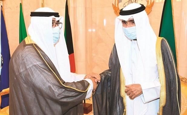 صاحب السمو الأمير الشيخ نواف الأحمد مصافحا سمو ولي العهد الشيخ مشعل الأحمد
