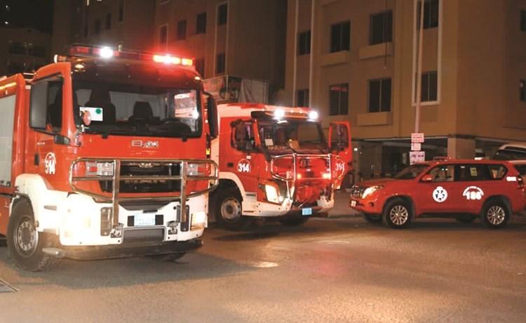 سيارات الإطفاء أسفل العمارة التي وقع فيها الحريق