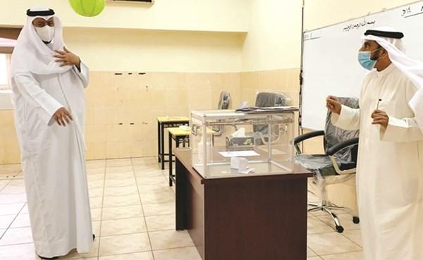 العفاسي يستمع لشرح عن التحضير للانتخابات