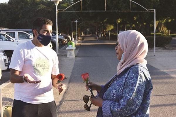 اللوغاني خلال توزيع الورود