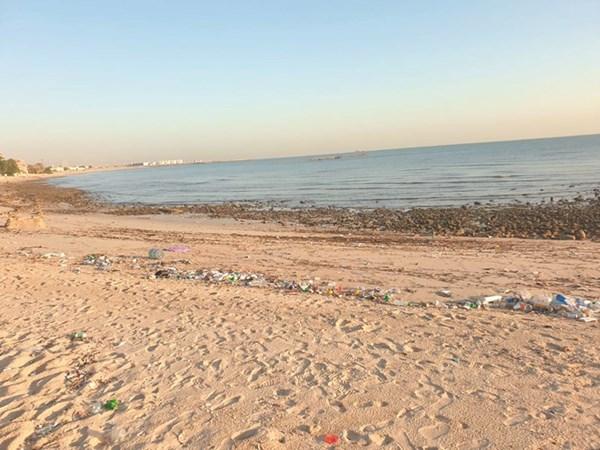 ساحل أبو الحصانية يئن من المخالفات الجسيمة بحق البيئة البحرية