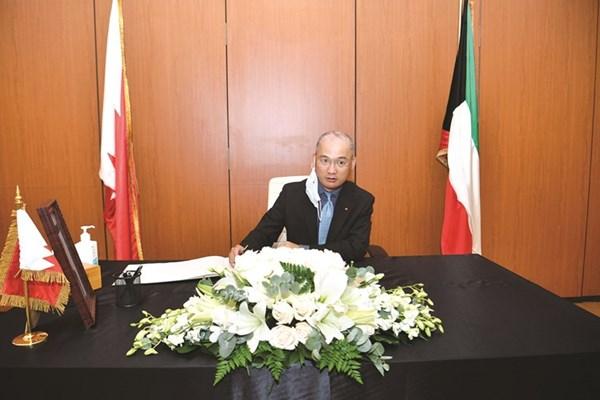 سفير ڤيتنام ترينه منه مانه يكتب كلمة في سجل التعازي
