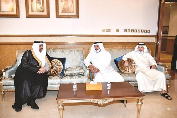 السفير ناصر المزين معزيا القائم بالأعمال في سفارة البحرين محمد السبت